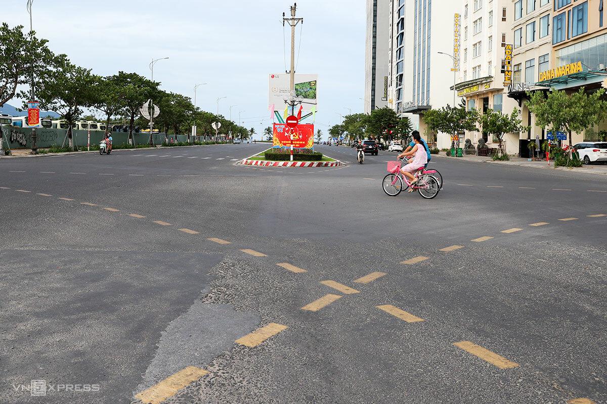 Đường phố Đà Nẵng vắng vẻ trong những ngày đầu cách ly xã hội, chiều 30/7. Ảnh: Nguyễn Đông.