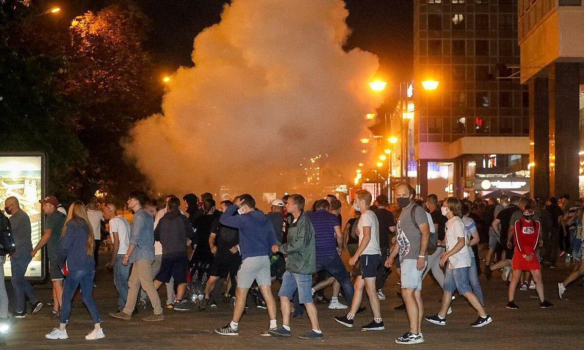 Người biểu tình đụng độ với cảnh sát ở Minsk sau kết quả bầu cử hôm 9/8. Ảnh: Reuters.