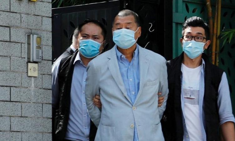 Trùm truyền thông Hong Kong Jimmy Lai (giữa) bị cảnh sát dẫn giải sáng 10/8. Ảnh: Reuters.