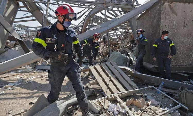 Các nhân viên cứu hộ Pháp tìm kiếm trong đống đổ nát tại cảng Beirut ngày 7/8. Ảnh: AFP.