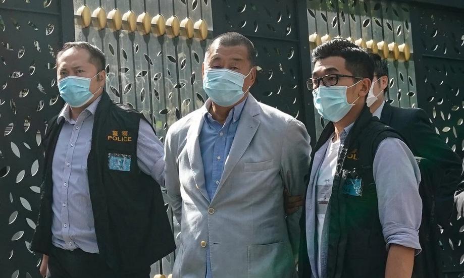 Jimmy Lai (giữa) bị cảnh sát dẫn giải sáng 10/8. Ảnh: SCMP.