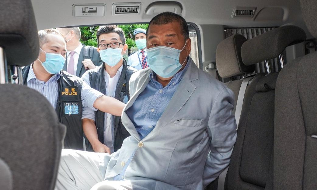 Jimmy Lai trong xe cảnh sát sau khi bị bắt sáng 10/8. Ảnh: SCMP.