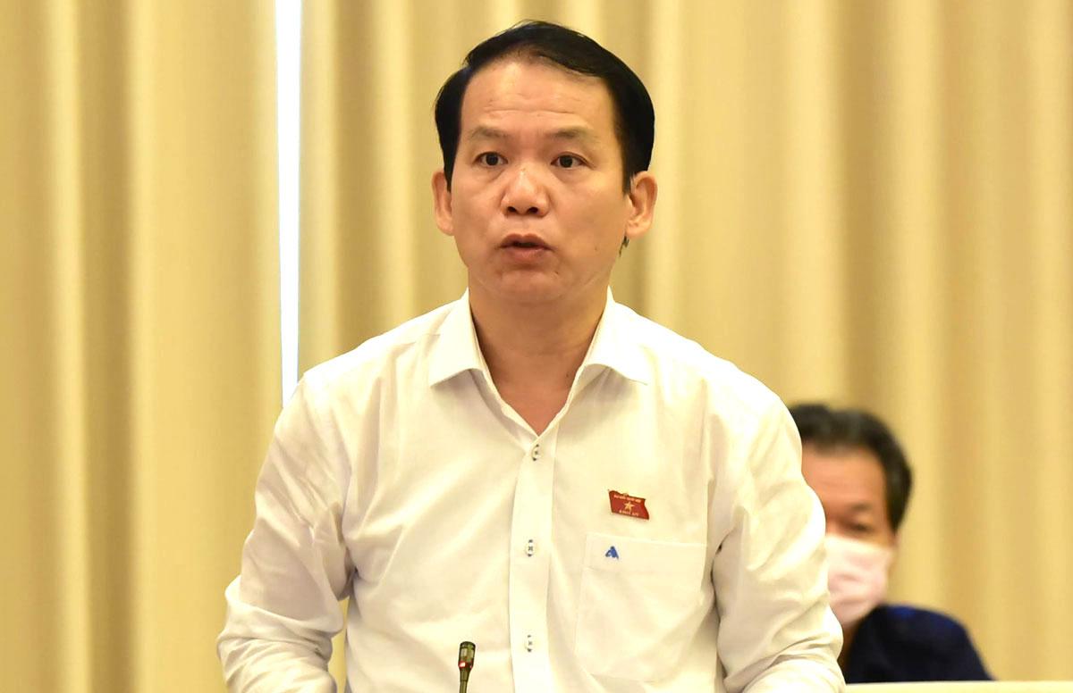 Chủ nhiệm Uỷ ban Pháp luật Hoàng Thanh Tùng báo cáo những vấn đề lớn cần xin ý kiến của dự án Luật Cư trú sửa đổi sáng 10/8. Ảnh: Hải Ninh