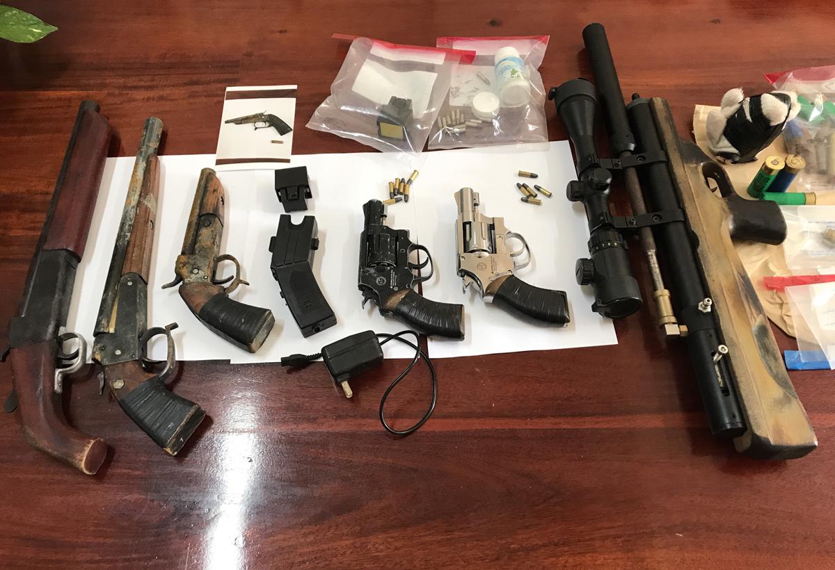 Số vũ khí cảnh sát thu giữ của nhóm Khanh. Ảnh: Công an cung cấp,
