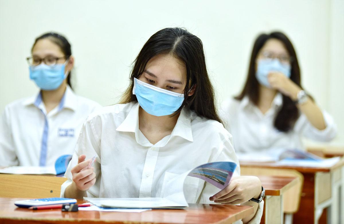 Thí sinh tại điểm trường Phan Đình Phùng trước giờ làm bài thi tổ hợp sáng 10/8. Ảnh: Giang Huy.