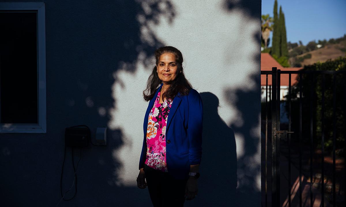 Radhika Kumar, nhân viên truy vết tiếp xúc tại hạt Los Angeles, bang California. Ảnh: NYTimes.