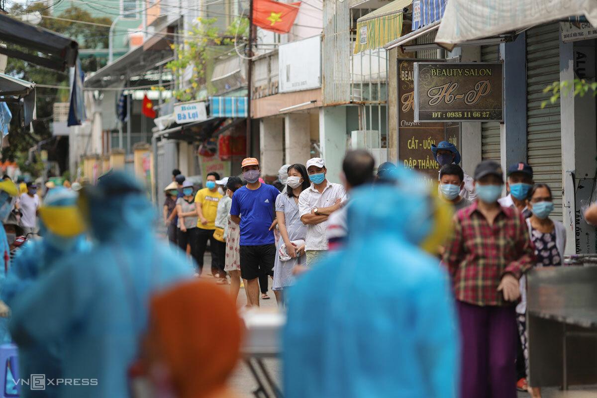 Người dân Đà Nẵng xếp hàng chờ lấy mẫu xét nghiệm, ngày 3/8. Ảnh: Nguyễn Đông