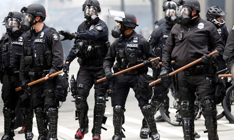 Cảnh sát Seattle thực hiện nhiệm vụ hôm 31/5. Ảnh: Reuters.