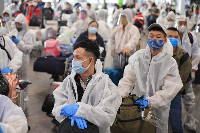 Các công dân Việt Nam tại sân bay Moskva, Nga, trước khi về nước hôm 12/5. Ảnh:Bộ Ngoại giao