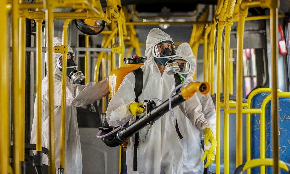 Binh sĩ Brazil khử trùng xe buýt ở thành phố Curitiba hôm 10/8. Ảnh: AFP.