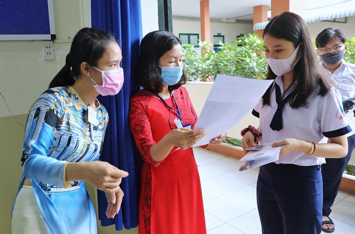 Cán bộ coi thi gọi thí sinh vào phòng thi tốt nghiệp THPT. Ảnh: Quỳnh Trần.