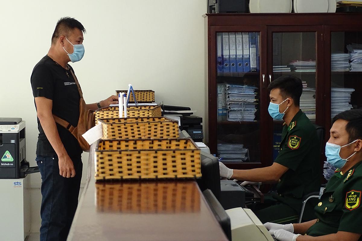 Nhân viên doanh nghiệp đến làm thủ tục xuất nhập cảnh hàng hóa tại trụ sở biên phòng cửa khẩu cảng TP HCM, chiều 10/8. Ảnh: Hà An