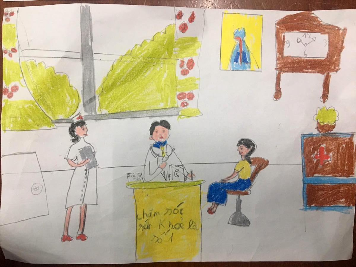 Bức tranh với chủ để Chăm sóc sức khoẻ là số 1 của con. Ước mơ của con là trở thành bác sĩ khám bệnh cho mọi người như vị bác sĩ trong tranh.