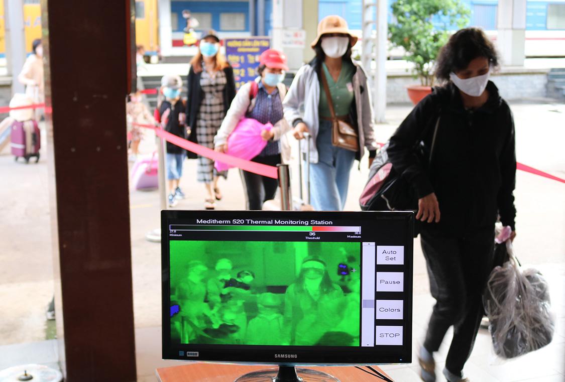 Thiết bị đo thân nhiệt tự động đặt tại cửa ga Sài Gòn, kiểm tra khách đến chiều 10/8. Ảnh: Gia Minh