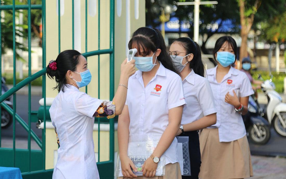 Thí sinh TP Nha Trang, Khánh Hòa được đo thân nhiệt trước khi vào phòng thi, ngày 9/8. Ảnh: Xuân Ngọc.