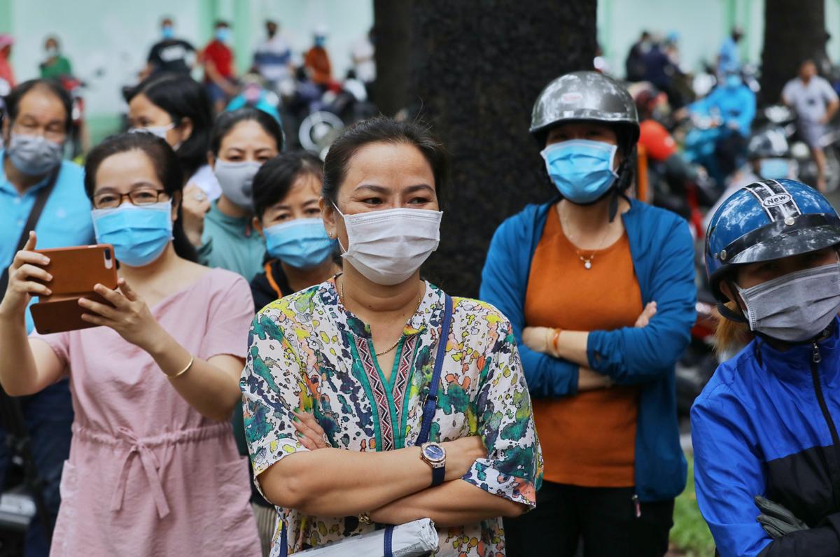 Hàng trăm phụ huynh đứng chờ con tại điểm thi THPT Trưng Vương, quận 1, TP HCM ngày 10/8. Ảnh: Quỳnh Trần