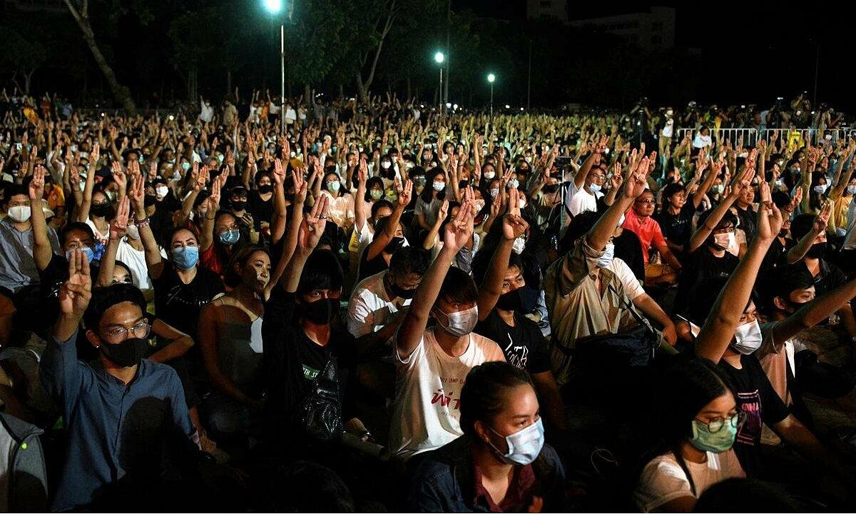 Sinh viên Thái Lan biểu tình ở Đại học Thammasat, ngoại ô Bangkok, tối 10/8. Ảnh: Reuters.