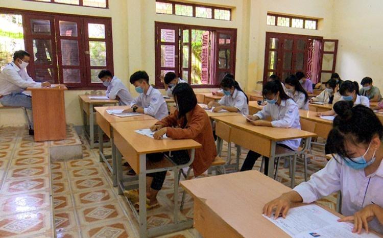 Thí sinh làm bài tại điểm thi trường THPT Mường Ảng ngày 9/8. Ảnh: Báo Điện Biên Phủ.