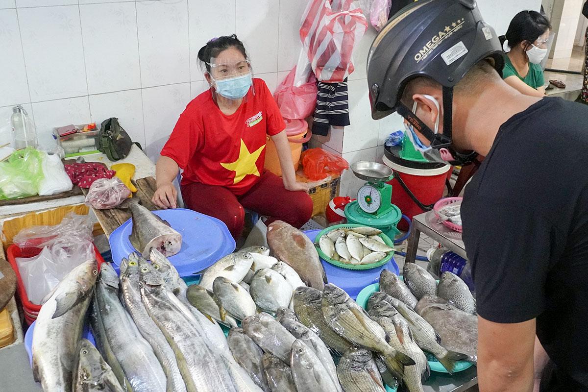 Tiểu thương Đà Nẵng trang bị kính chống giọt bắn để bán hàng trong thời gian cách ly xã hội. Ảnh: Đông Nam.