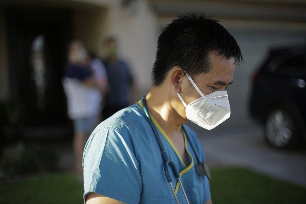 Bác sĩ Tien Vo rời đi sau khi đến thăm một gia đình bị cách ly ở thành phố Calexico, hạt Imperial, bang California, hôm 23/7. Ảnh: AP