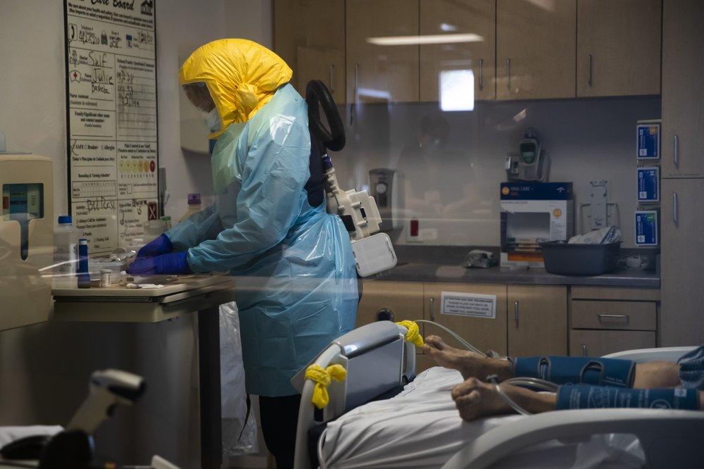 Y tá chăm sóc bệnh nhân Covid-19 tại Trung tâm Y tế Vùng El Centro ở El Centro, California hôm 21/7. Ảnh: AP