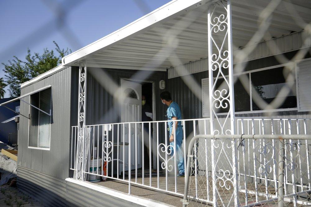 Bác sĩ Vo phát đồ ăn miễn phí cho một người nhiễm nCoV đang tự cách ly ở nhà tại Calexico hôm 23/7. Ảnh: AP