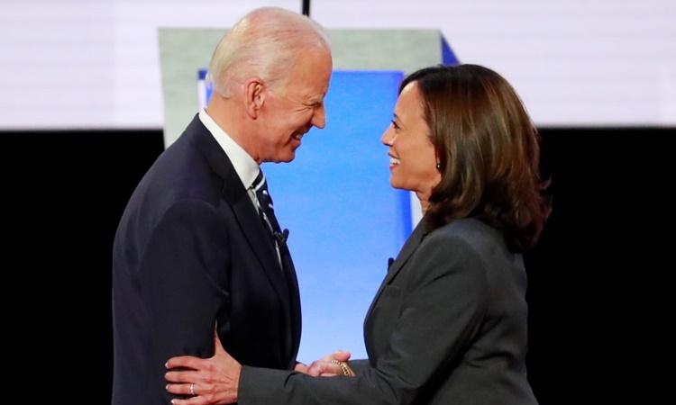 Joe Biden và Kamala Harris bắt tay trước một cuộc tranh luận giữa các ứng viên đại diện đảng Dân chủ tranh cử tổng thống ở Detroit, Michigan, hồi cuối tháng 7 năm ngoái. Ảnh: Reuters.