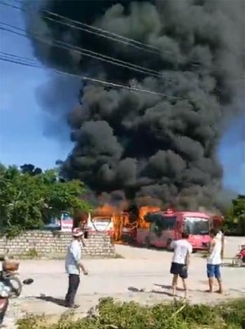 Cột khói bốc cao hàng chục mét trong bãi xe ở Nghi Sơn sáng nay. Ảnh cắt từ clip.