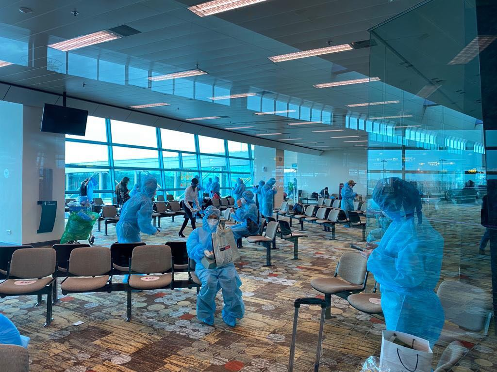 Các công dân Việt Nam tại sân bay Singapore trước khi về nước hôm nay. Ảnh: Bộ Ngoại giao