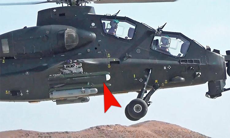Thiết bị hình trụ trên giá treo vũ khí của một trực thăng Z-10A tham gia phóng thử tên lửa. Ảnh: CCTV.