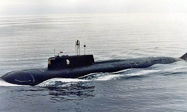Tàu ngầm Kursk chuẩn bị ra khu vực biển Barents gần Severomorsk thị trấn Severomorsk, Nga, năm 1999. Ảnh: AP.