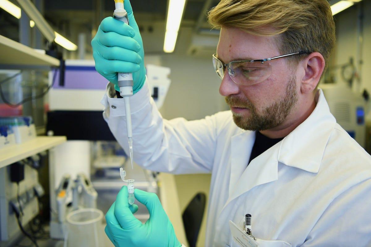 Nhân viên một công ty dược Đức tại phòng thí nghiệm ở Tuebingen hồi tháng ba. Ảnh: Reuters.