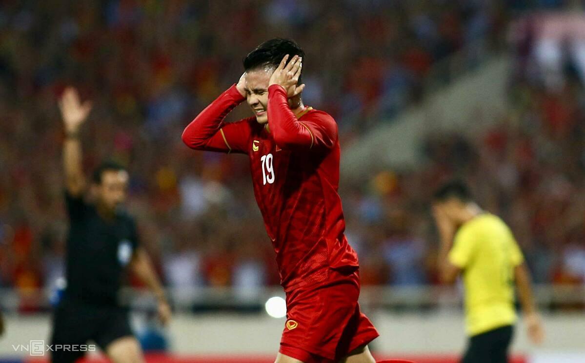 Quang Hải tiếc nuối sau khi không được công nhận bàn thắng, trong trận đấu Malaysia ở lượt đi vòng loại World Cup 2022 hồi tháng 10/2019 trên sân Mỹ Đình. Ảnh: Lâm Thỏa.