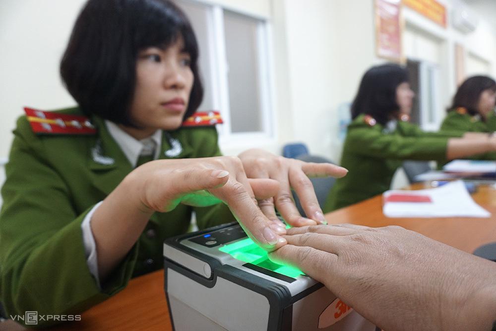 Cảnh sát quản lý hành chính, Công an Hà Nội lấy dấu vân tay khi làm thủ tục cấp thẻ căn cước công dân. Ảnh: Giang Huy