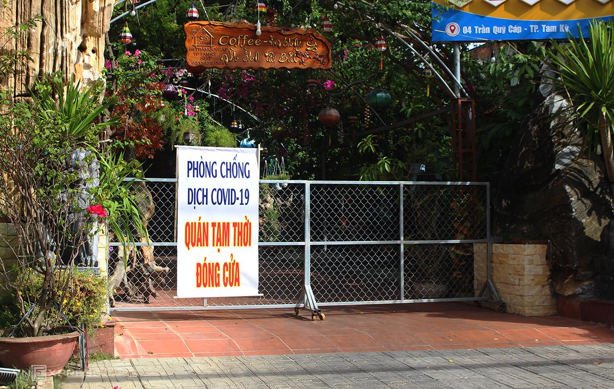 Một nhà hàng ở thành phố Tam Kỳ treo bảng đóng cửa phòng chống dịch Covid-19. Ảnh: Đắc Thành.