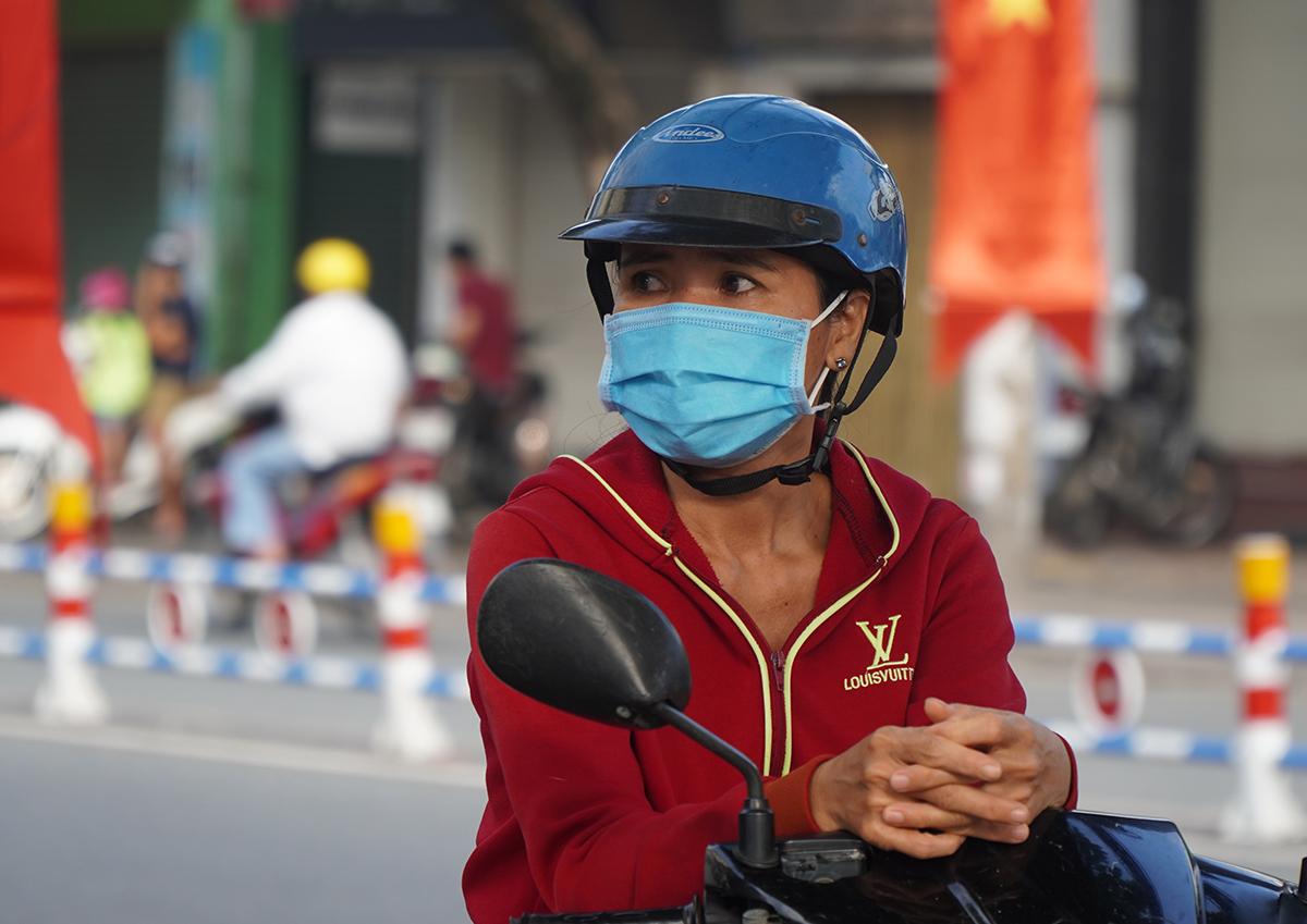 Một phụ huynh đeo khẩu trang khi đứng trước hội đồng thi THPT Ngô Quyền, TP Biên Hoà trong kỳ thi tốt nghiệp THPT Quốc gia 2020 vừa qua. Ảnh: Phước Tuấn