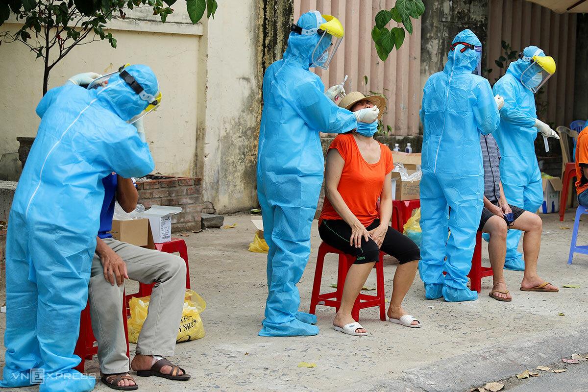Nhân viên y tế lấy mẫu xét nghiệm cho cộng đồng dân cư ở Đà Nẵng, ngày 3/8. Ảnh: Nguyễn Đông.