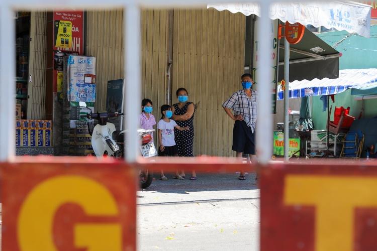 Người dân Đà Nẵng đứng trong rào chắn sau khi chính quyền áp lệnh cách ly một khu vực ngày 28/7. Ảnh: Nguyễn Đông.