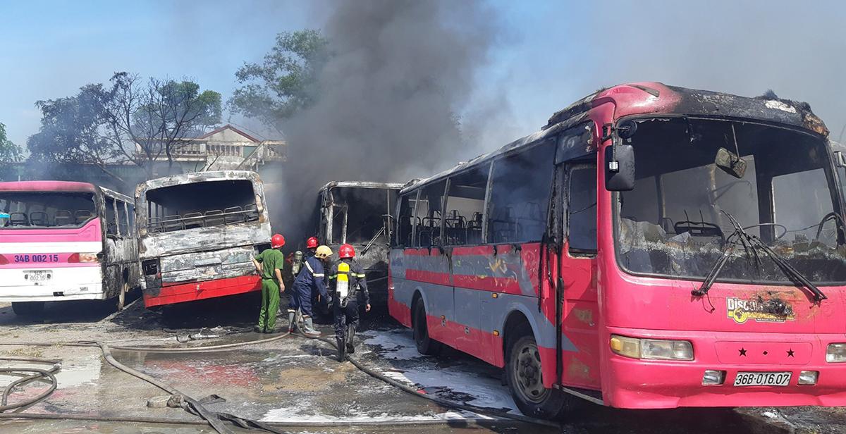 Hơn 10h đám cháy được khống chế song nhiều chiếc xe chỉ còn khung sắt. Ảnh: Lam Sơn.