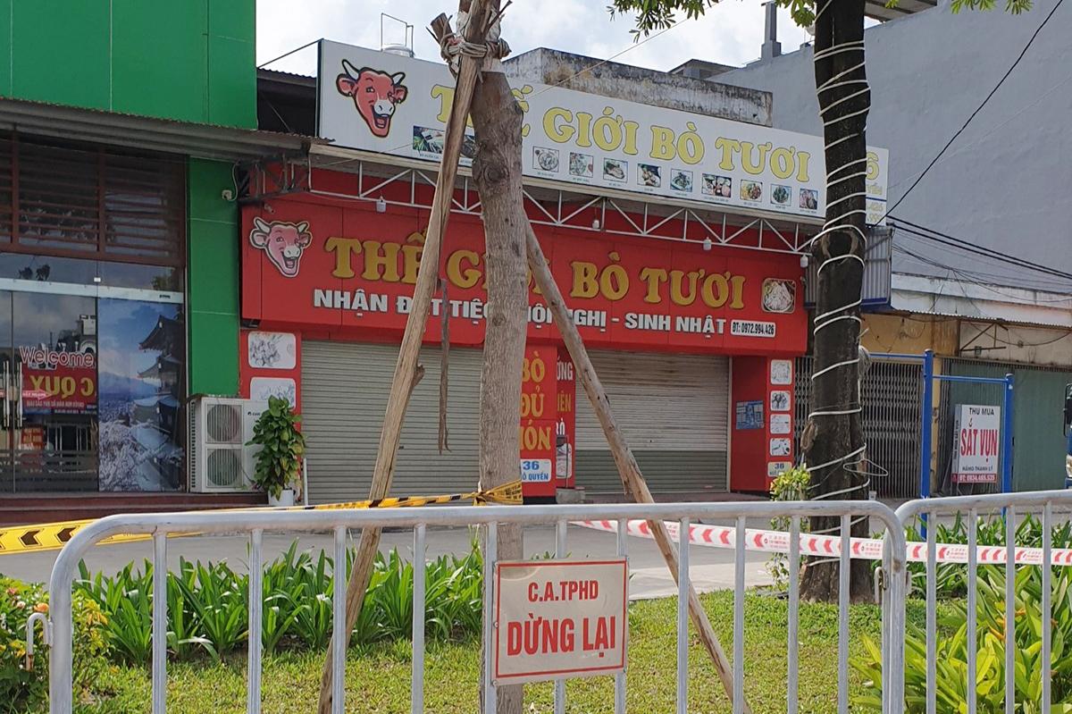 Nhà hàng Thế giới bò tươi số 36 Ngô Quyền, thành phố Hải Dương (tỉnh Hải Dương) đã bị đóng cửa, phong tỏa sau khi bệnh nhân Vũ Duy Biển làm việc tại đây có kết quả xét nghiệm dương tính với nCoV. Ảnh: Giang Chinh