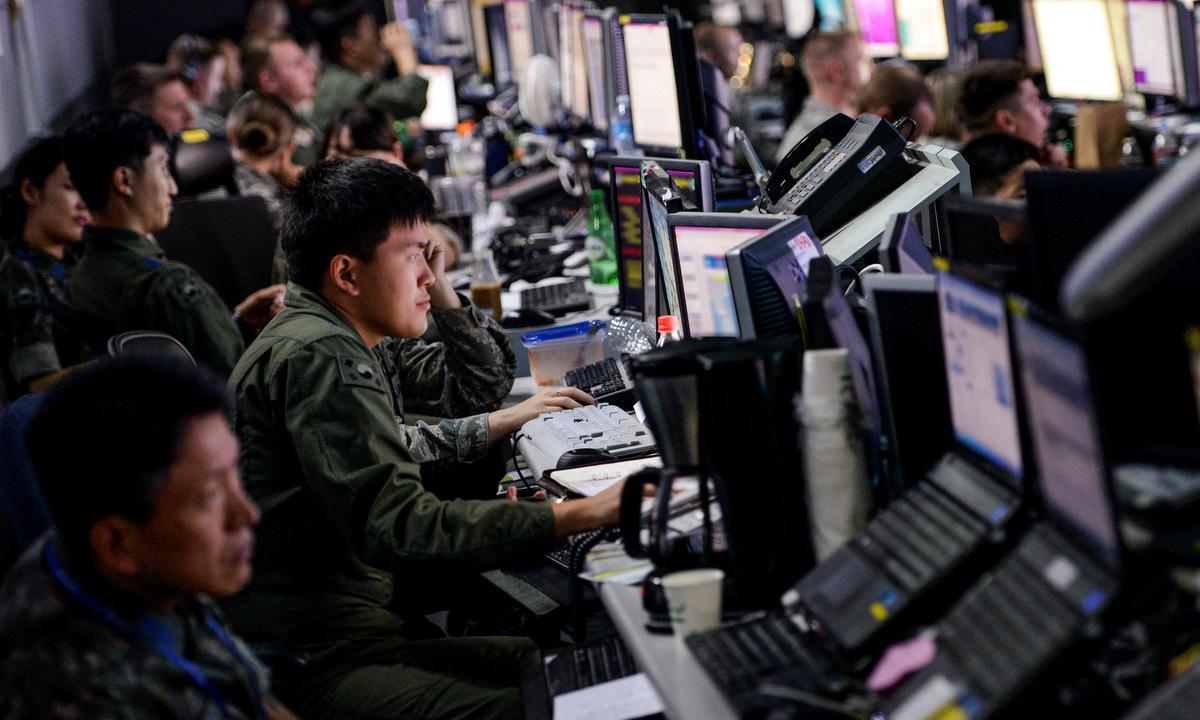 Lính Hàn Quốc và Mỹ tập trận mô phỏng trên máy tính năm 2015. Ảnh: USAF.