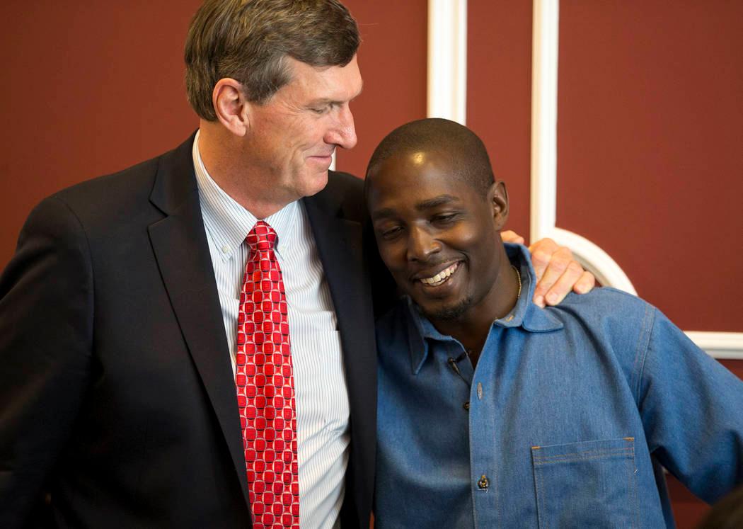 DeMarlo Berry (phải) ôm luật sư trong buồi họp báo năm 2017 sau khi được minh oan. Ảnh: Richard Brian/Las Vegas Review-Journal.