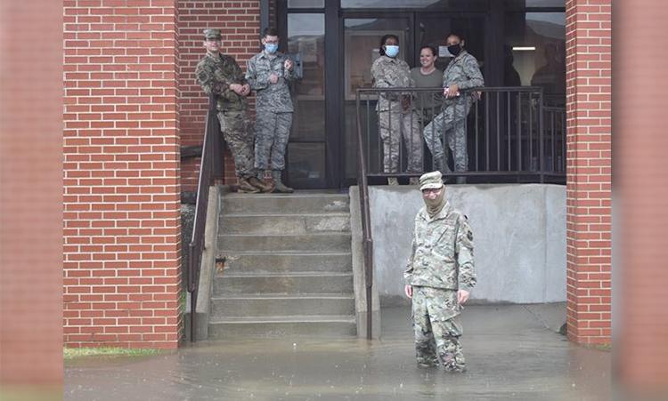 Binh sĩ đứng trước một tòa nhà tại căn cứ không quân Scott, bang Illinois, Mỹ, ngày 12/8. Ảnh: USAF.