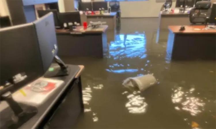 Một văn phòng của căn cứ không quân Scott ngập trong nước lụt, ngày 12/8. Ảnh: SAFB.