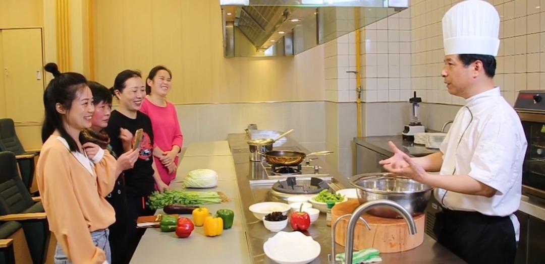 Sinh viên ngành Dịch vụ và Quản lý gia đình tham gia khóa học nấu ăn tại Đại học Mở Thượng Hải vào tháng 7/2020. Ảnh: China Daily.