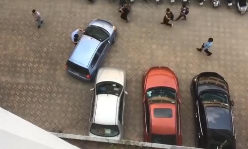 Ba người đẹp khiêng ôtô vì không thể vào chuồng - 1