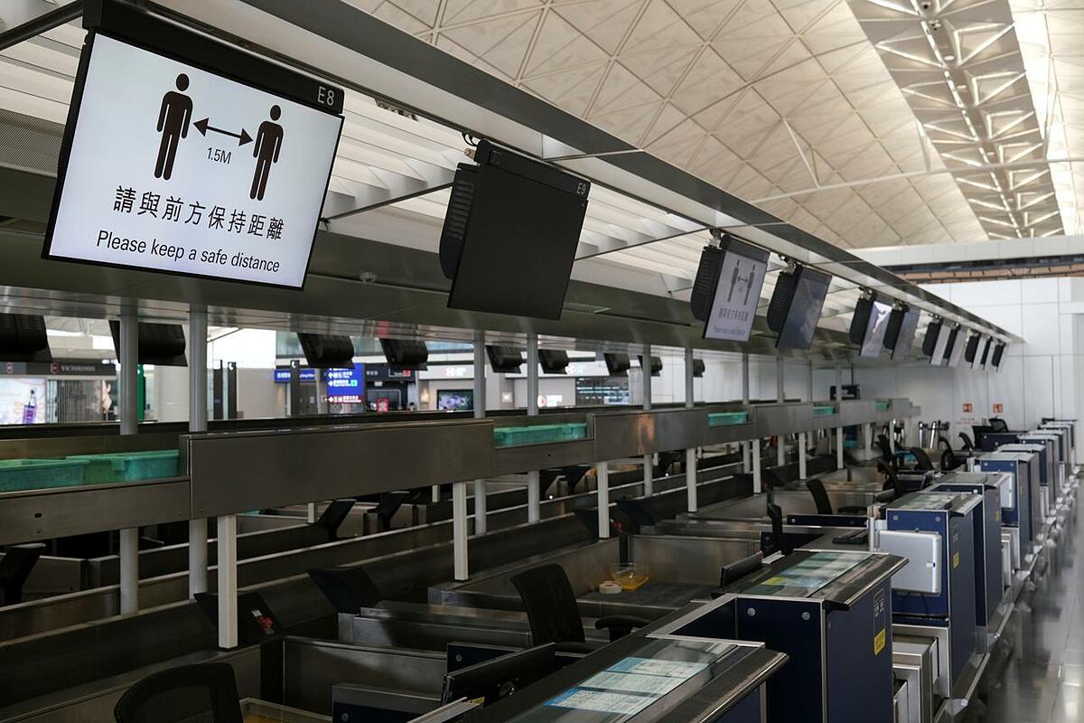 Sân bay Quốc tế Hong Kong vắng khách hôm 7/5. Ảnh: Reuters