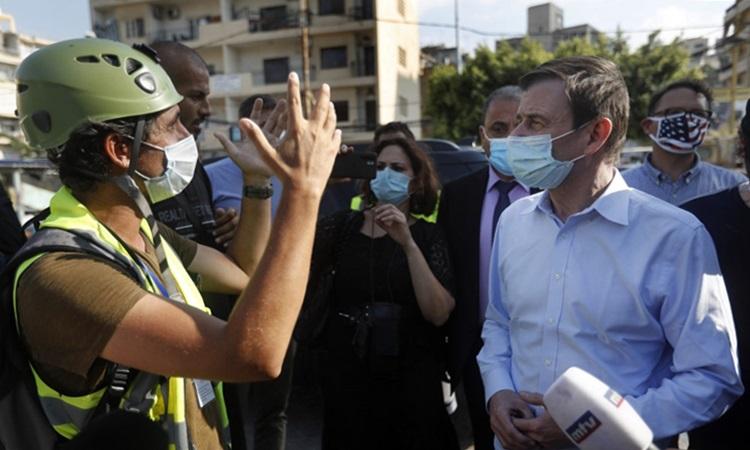 Thứ trưởng Ngoại giao Mỹ phụ trách các vấn đề chính trị David Hale (áo trắng) thăm khu phố bị hư hại gần cảng Beirut, Lebanon hôm nay. Ảnh: AFP.