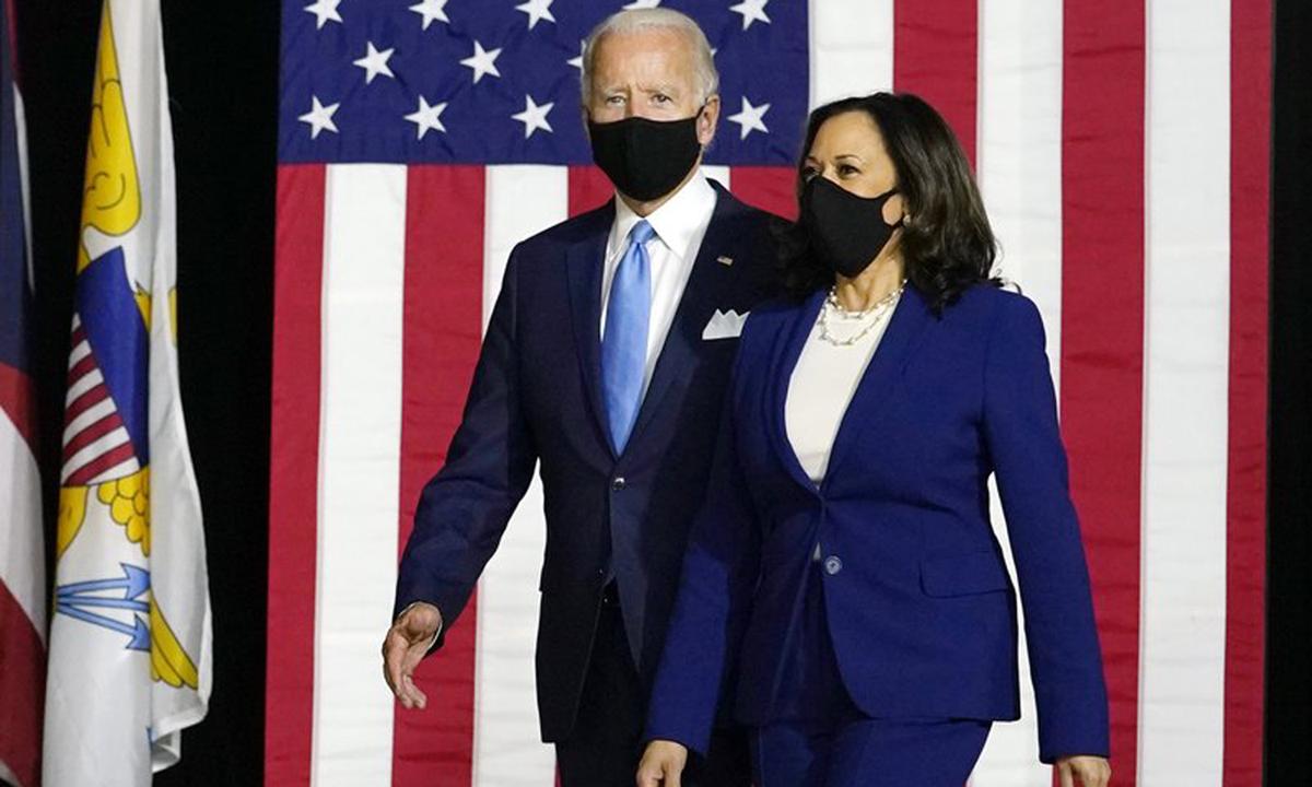 Harris xuất hiện cùng ứng viên Dân chủ Joe Biden tại buổi họp báo ở Wilmington, bang Delaware, hôm 12/8. Ảnh: AP.