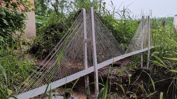 Mô hình lấy cảm hứng từ cầu Bắc Bàn Giang (tỉnh Quý Châu, Trung Quốc) do Zhang Yadong chế tạo. Ảnh: Henan Business Daily.